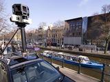"""AFP/""""Scanpix"""" nuotr./""""Google Street View"""" automobilis fotografuoja gatvę."""