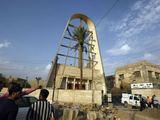 """AFP/""""Scanpix"""" nuotr./Irako pareigūnai sėkmingai šturmavo bažnyčią, kurioje įkaitus buvo paėmę teroristai."""