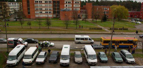 Andriaus U./15min.lt skaitytojo nuotr./Audi automobilis sustojo įsirėžęs į autobuso galą.