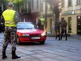 Tomo Grigalevičiaus nuotr./Laisvės alėjos prieigose dažnai patruliuojantys pareigūnai neslepia, jog kartais pasitaiko net ir visai be jokių leidimų į pėsčiųjų zonas važiuojančių vairuotojų.