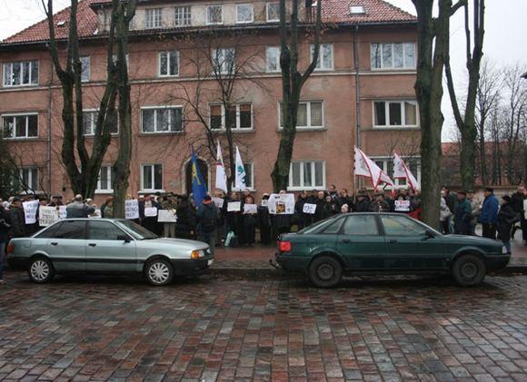 G.Kubiliūtės nuotr. /Į protesto akciją susirinko minia žmonių.