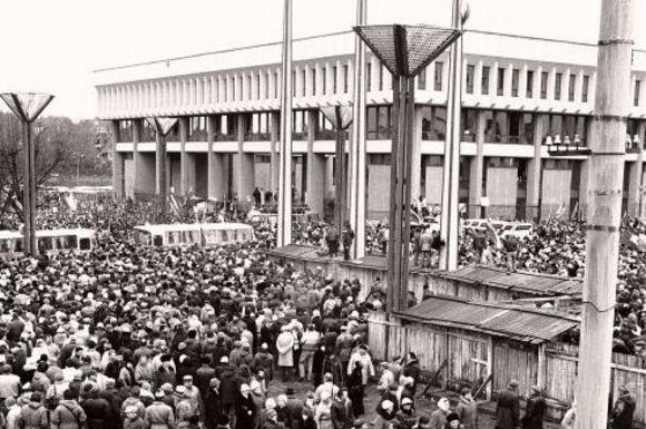 Kęstučio Vanago/BFL nuotr./1991 metų sausį ginti tuometės Aukačiausios Tarybos rūmų ir kitų svarbių pastatų rinkosi daugiatūkstantinės žmonių minios.