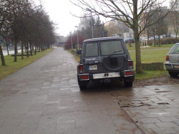 15min.lt skaitytojų nuotr./Fotopolicija: automobilių statymas prie baseino Vilniuje.