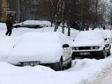 Kauno miesto savivaldybės nuotr./Šalikelėse palikti automobiliai trukdo tinkamai nuvalyti gatves
