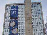 Lauros Gabrilavičiūtės/15min.lt nuotr./Estijos finansų ministerijos pastatą puošia specialus plakatas.