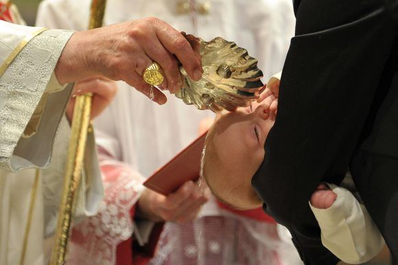 Reuters/Scanpix nuotr./Popiežius Benediktas XVI krikatija kūdikį