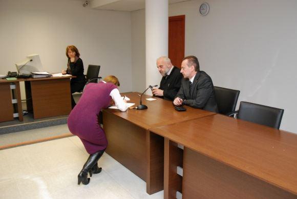 Sauliaus Chadasevičiaus/15min.lt nuotr./Mokesčių inspekcijos atstovė (pasiraainėja) neprieataravo, kad A.Stabingis (deainėje) bei jo advokatas bandytų geruoju susitarti su VMI.