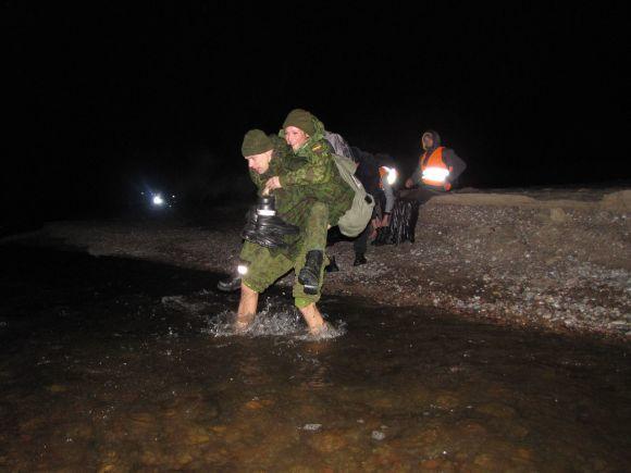 Gedimino Trimako nuotr./Naktinio žygio dalyviams teko įveikti ir ledinio upelio vandenį.