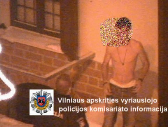 Policijos filmuotos medžiagos stop kadras/Vaikinas vos spėjo nusilengvinti: už nugaros jau artėjo policininkas.