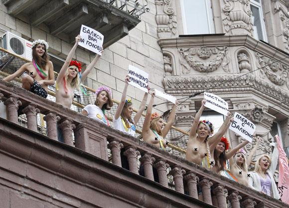 Apsinuoginusios protestuotojos