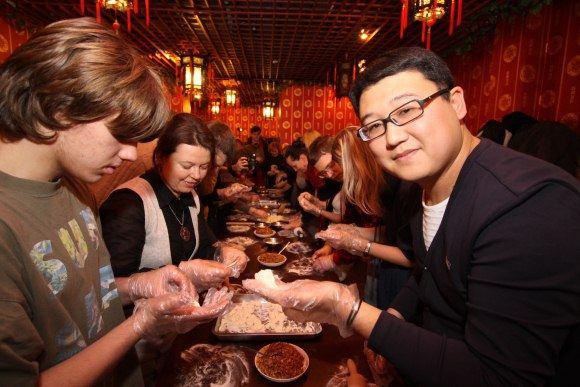 Haonan Wangas (d.) savo restorane vakar visus norinčius mokė gaminti kiniškus koldūnus, kuriuos kinai tradiciškai valgo pasitikdami Naujuosius metus.