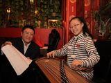 Irmanto Gelūno/15min.lt nuotr./Gyvendama Lietuvoje Shi Qiqi nepamiršta gimtos šalies kultūros – jau dvejus metus ji mokosi groti tradiciniu gnaibomuoju styginiu instrumentu, vadinamu Žuansian.