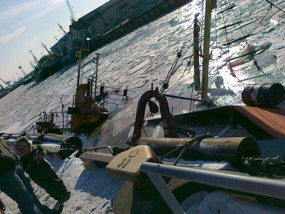 Tado B. nuotr./Nuskendęs laivas žvejų uostelyje.
