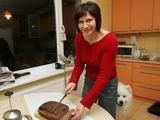 """""""15 minučių""""/Aliaus Koroliovo nuotr./Savo kepta duona kaunietė žurnalistė L.Pilipavičienė dažnai pavaišina kolegas."""