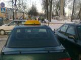 Skaitytojo Daliaus nuotr./Fotopolicija. Taksi automobilis Ukmergėje pėsčiųjų kelyje