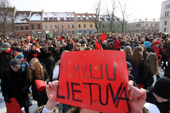 Eriko Ovčarenko/15min.lt nuotr./Kauno moksleiviai pasveikino Lietuvą