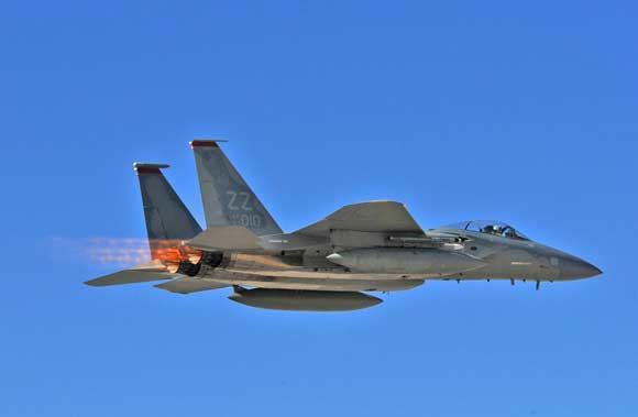 srž. Gary Emery/JAV karinės oro pajėgos nuotr./Patruliuojantis naikintuvas F-15 Strike Eagle