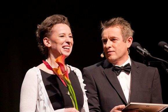 """""""Auksiniu scenos kryžiumi"""" už geriausią pagrindinį aktorės vaidmenį apdovanota Eglė Mikulionytė ir apdovanojimų ceremonijos vedėjas Arūnas Sakalauskas"""