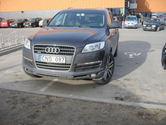 15min.lt skaitytojo Tomo nuotr./Audi Q7 per dvi neįgaliųjų vietas