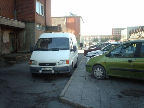 15min.lt skaitytojo R.D. nuotr./Fotopolicija: automobiliai ant aaligatvio