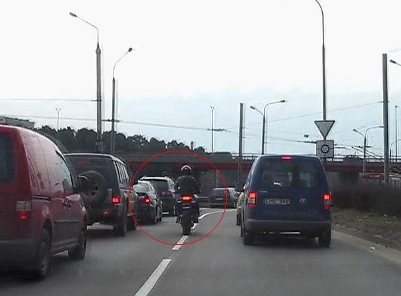 15min.lt iliustracija/Filmuotoje medžiagoje užfiksuota, kaip motociklininkas juda ne pasirinkta eismo juosta, o tarp automobilių srautų.