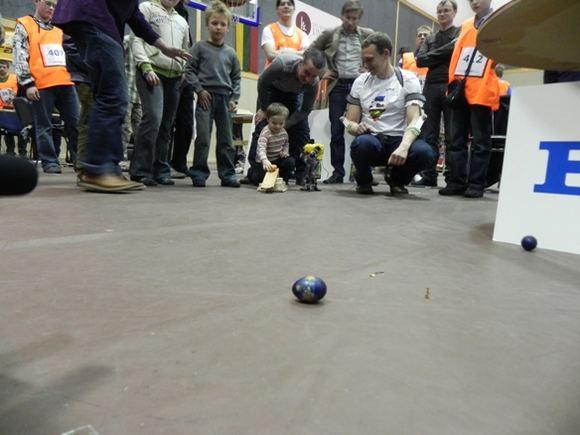 Ginos Kubiliūtės/15min.lt nuotr./Margučių varžybose vaikai rungėsi su robotu.
