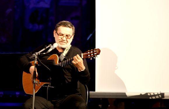Irmanto Gelūno/15min.lt nuotr./Gediminas Storpiratis su jubiliejumi pasveikintas scenos bičiulių.