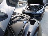 Tomo Digaičio GAZAS.LT nuotr./Po Porsche Cayenne Turbo variklio dangčiu - 500 AG V8 variklis su dviem turbinom