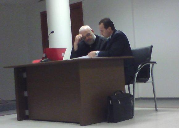 Sauliaus Chadasevičiaus/15min.lt nuotr./Kaltinamasis A.Stabingis su advokatu V.Valaainu (kairėje) teisme.