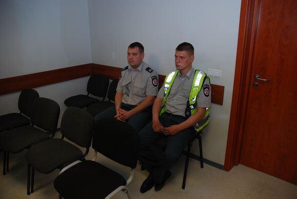 Sauliaus Chadasevičiaus/15min.lt nuotr./Teismui liudiję kelių patruliai Ž.Brazdeikis (kairėje) ir J.Pliavgo.