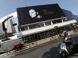 """AFP/""""Scanpix"""" nuotr./Ant Kanų kino festivalio rūmų fasado – plakatas su amerikiečių aktore Faye Dunaway"""