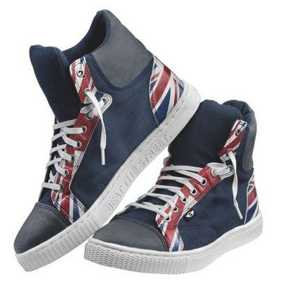 ...модная марка делает и обувь, и ее тоже украшает британским флагом.