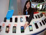 """AFP/""""Scanpix"""" nuotr./Kinijoje  pagaminama daugybė išmaniųjų telefonų"""