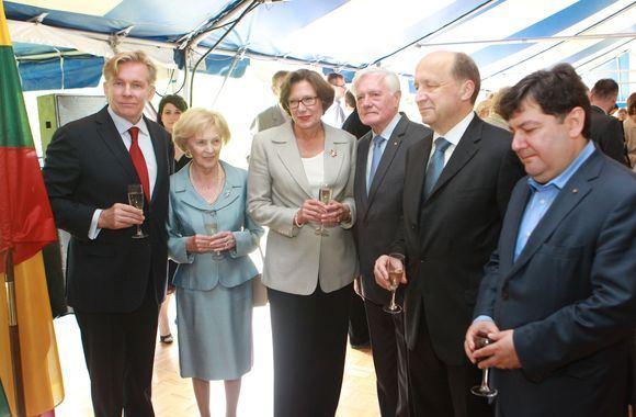 Irmanto Gelūno/15min.lt nuotr./JAV ambasadorės rezidencijoje kviestiniai svečiai ia anksto ataventė Liepos 4-ąją.