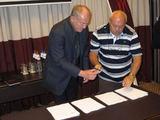 """""""Rapala"""" vadovas Jorma Kasslin ir """"Shimano Europe"""" vykdantysis direktorius Pierangelo Zanetta pasirašo sutartį įkurti ACE"""