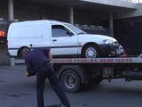 LNK nuotr./Automobilis išgabenamas iš banko aikštelės