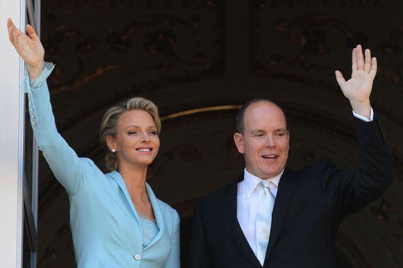 """AFP/""""Scanpix"""" nuotr./Kunigaikštis Albertas II ir Charlene Wittstock po civilinės santuokos penktadienį"""