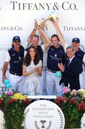 """""""Reuters""""/""""Scanpix"""" nuotr./Kembridžo hercogienės Catherine pozuoja su Princu Williamu ir nagalėtojų komanda."""