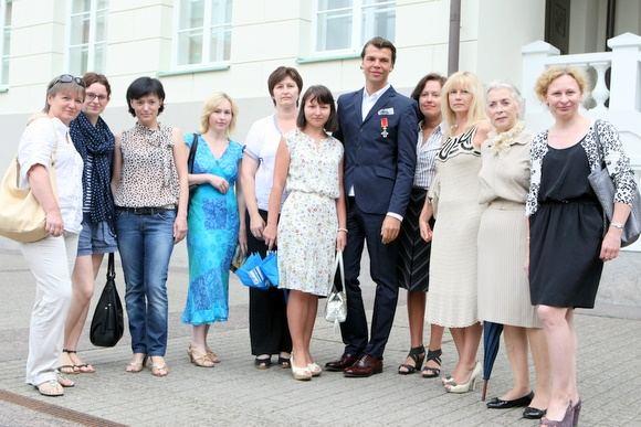 Juliaus Kalinsko/15 minučių nuotr./Juozą Statkevičių su gėlėmis pasveikino jo bendražygės