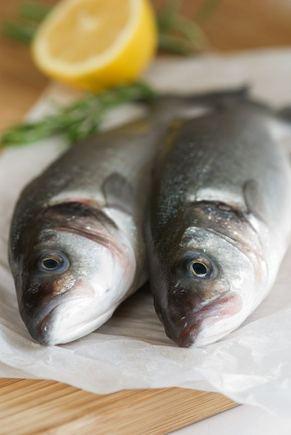 123rf.nuotr./Žuvies kvapas šaldytuve labai greitai persmelkia ir kitus produktus, todėl geriausia ją laikyi sandariame maišelyje ar popieriaus pakete.