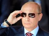 AFP/Scanpix nuotr./Vladimiras Putinas taisosi akinius nuo saulės žiūrėdamas lakūnų pasirodymą