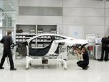 """Gamintojo nuotr./""""McLaren MP4-12C"""" surinkimo procese"""