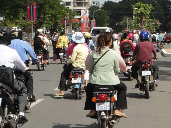 R.Kuzminskaitės nuotr./Motociklininkai Pnompenio gatvėse