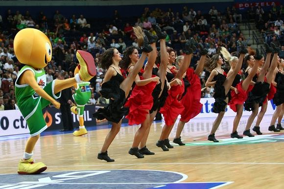 2011-ųjų Europos krepšinio čempionato talismanas Amberis per pertraukėlę prisijungė prie šokėjų.