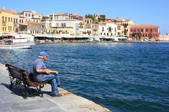G.Galentaitės nuotr./Chanijos prieplauka ir vietinis žvejys
