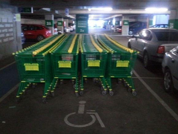 15min.lt skaitytojo nuotr./Pirkėjų vežimėliai sustumti į neįgaliųjų vairuotojų stovėjimo vietą