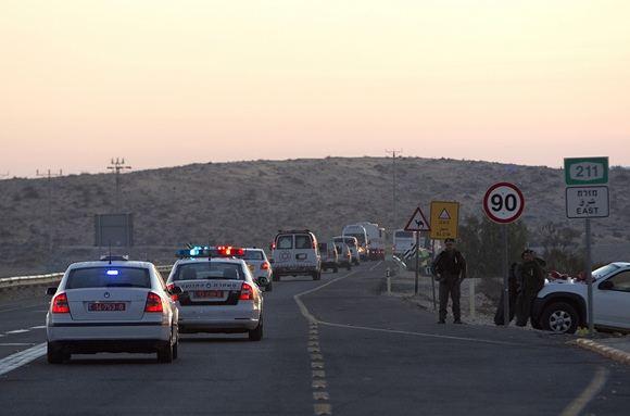 Reuters/Scanpix nuotr./Palestiniečius kalinius vežanti automobilių kolona