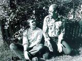R.Rakausko nuotr./A.Martinaitis prie alyvų krūmo su bičiuliu kompozitoriumi V.Bartuliu, 1985 m.