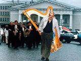"""Asmeninio archyvo nuotr./""""Muzikinė auka"""" nešant arfą iš Filharmonijos į Bernardinų bažnyčią, 1998 m."""