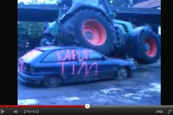 15min.lt iliustracija/Svetainėje YouTube.com galima pamatyti vaizdų, kaip traktorius Fendt 820 be vargo pervažiuoja lengvąjį automobilį.